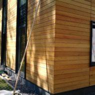 Фасад здания, отделанный планкеном из лиственницы